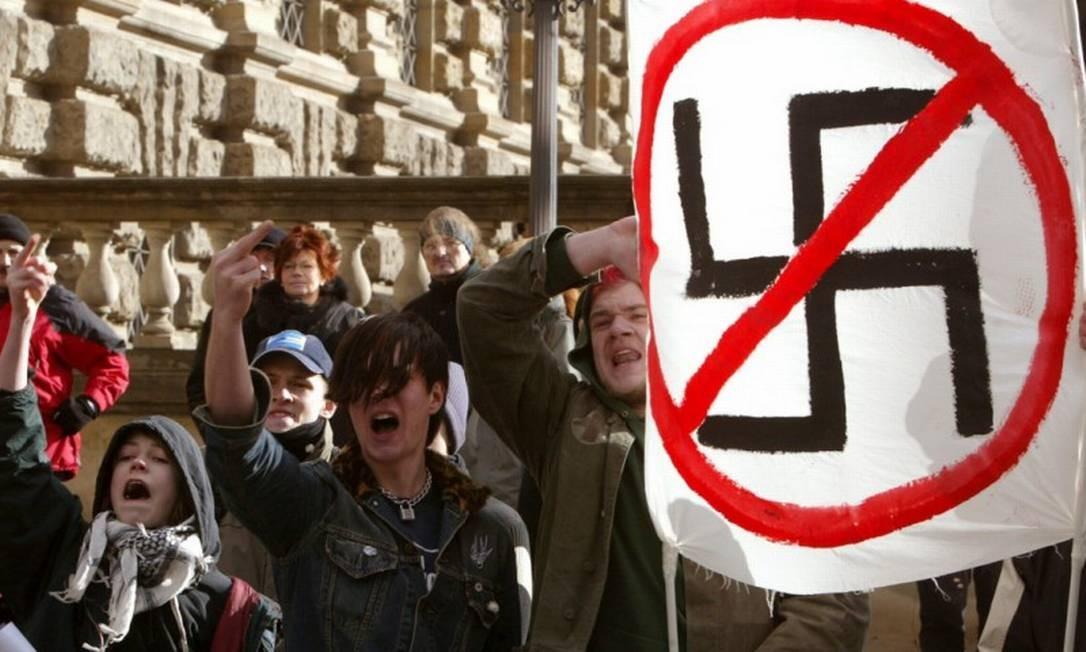Manifestantes participam de um protesto antinazista em Dresden Foto: Pawel Kopczynski / Reuters / 13-02-2005