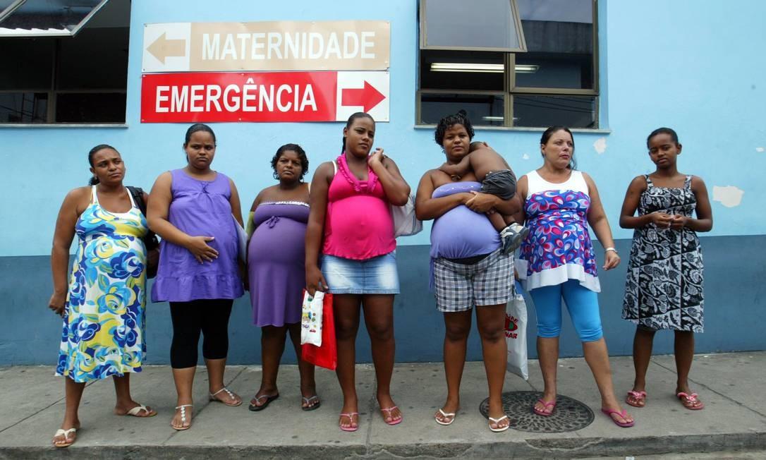 Mulheres grávidas esperam horas em fila no Hospital Rocha Faria, no Rio, por falta de médicos Foto: Fabiano Rocha / Foto Fabiano Rocha / Extra / Agência O Globo