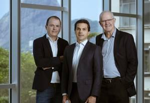 Marcelo Baldez, diretor regional da MDE para a América do Sul, Renato Amorim, presidente da Regus, e Timothy Guy Barr, diretor da Wood. Foto: Leo Martins / Agência O Globo