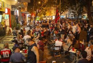 Dia de jogo no chamado Baixo Lido: associação de moradores pede bom senso a comerciantes, mas comemora renovação da vida noturna Foto: Gabriel Monteiro / Agência O Globo