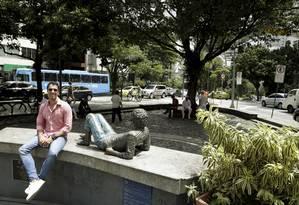 Flávio Sarahyba com a estátua de Cazuza: após abrir bar na área ele adotou a praça no Leblon que leva o nome do artista Foto: Fábio Guimarães / Agência O Globo