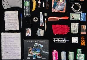 """Entre os objetos de Jorge Roberto da Costa Machado, um exemplar de """"Cenas da vida gaúcha"""" Foto: Hermes de Paula / Agência O Globo"""