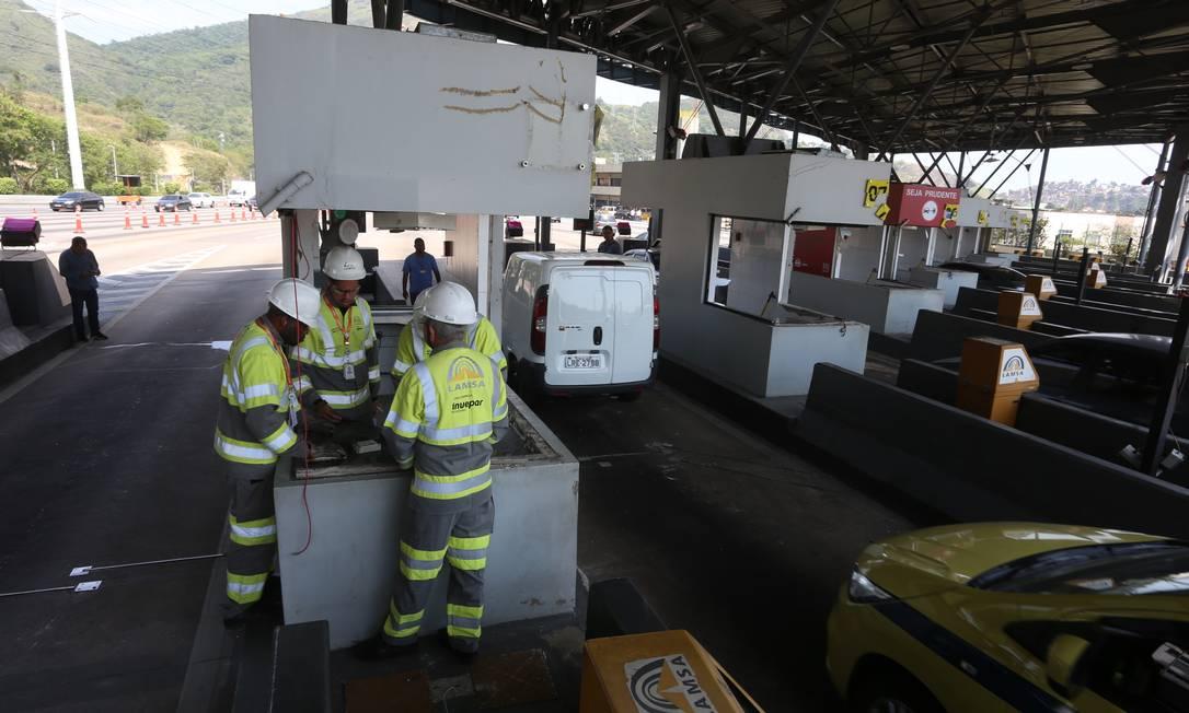 Funcionários da Lamsa reconstruíram a praça do pedágio da Linha Amarela Foto: Fabiano Rocha / Agência O Globo