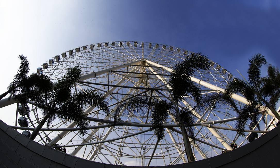 Quase pronta: a roda-gigante de 88 metros de altura na Zona Portuária Foto: ANTONIO SCORZA / Agência O Globo