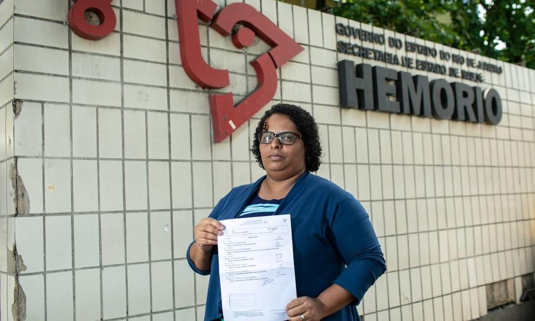 Patrícia mostra receita do filho, que tentou mas não conseguiu remédios no Hemorio. Foto: Brenno Carvalho / Agência O Globo