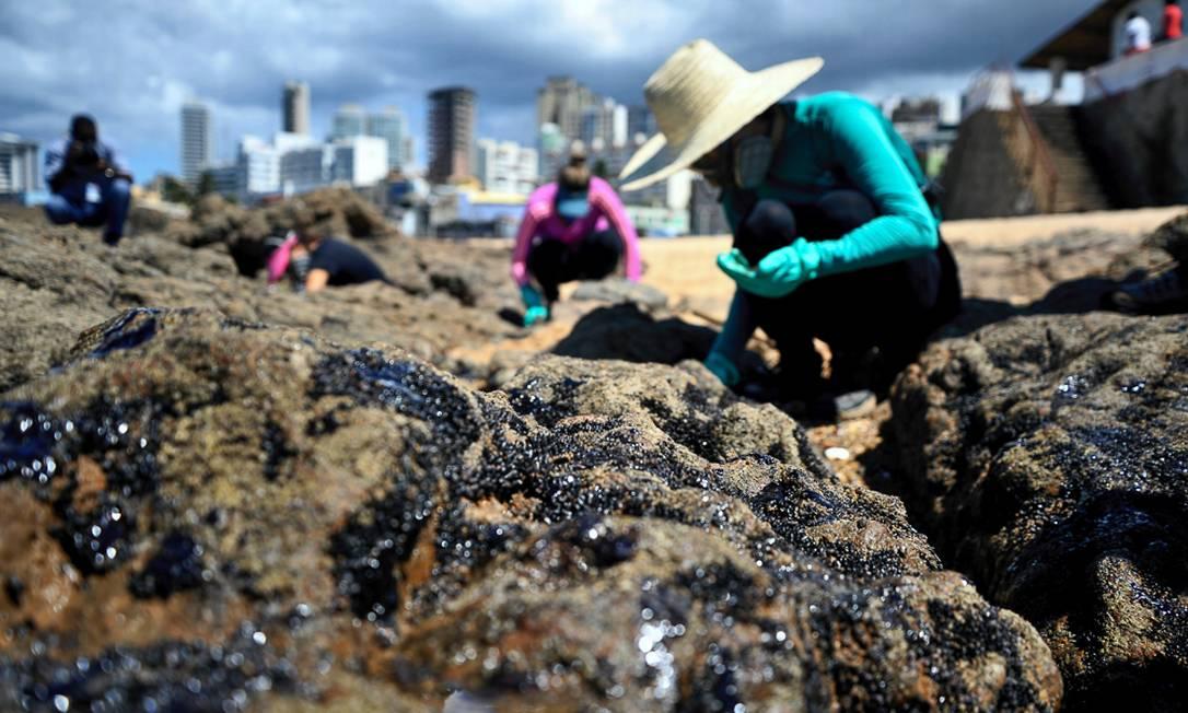 Novas manchas de óleo chegam à praia do Rio Vermelho, em Salvador Foto: Zimel / Felipe Iruatã/Zimel Press