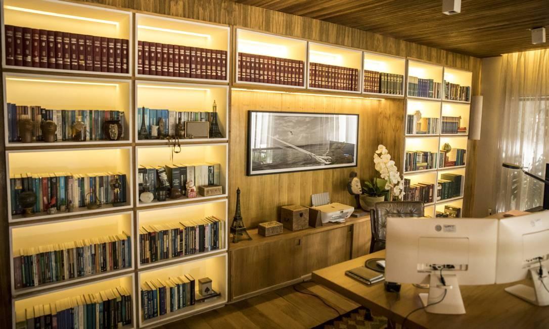 Biblioteca no mezanino da sala de Vitória, uma advogada bem-sucedida que defende políticos e empresários de ética duvidosa Foto: João Cotta / TV Globo