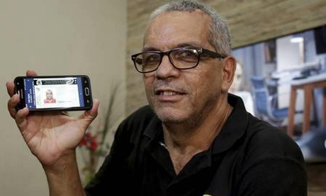 Newton Dagoberto utiliza a CNH digital porque não quer perder seu documento original Foto: Fábio Guimarães / Agência O Globo