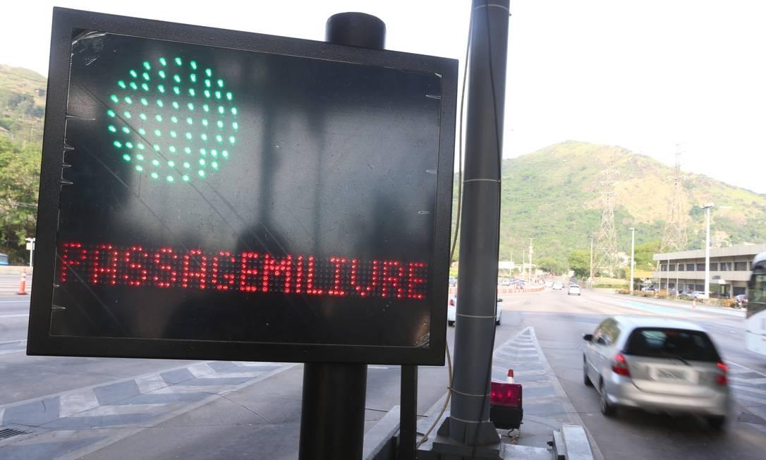Cerca de 120 mil veículos passam diariamente pela via expressa. Na segunda-feira (28), nenhum carro precisou pagar a tarifa de R$ 7,50 Foto: Fabiano Rocha / Agência O Globo