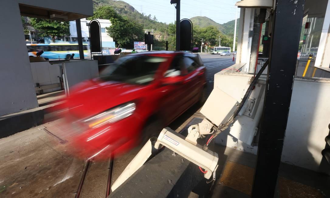Prefeitura removeu equipamentos usados pela concessionária para controlar o fluxo de veículos na rodovia concedida à iniciativa privada desde 1997 – contrato vai até 2022 Foto: Fabiano Rocha / Agência O Globo