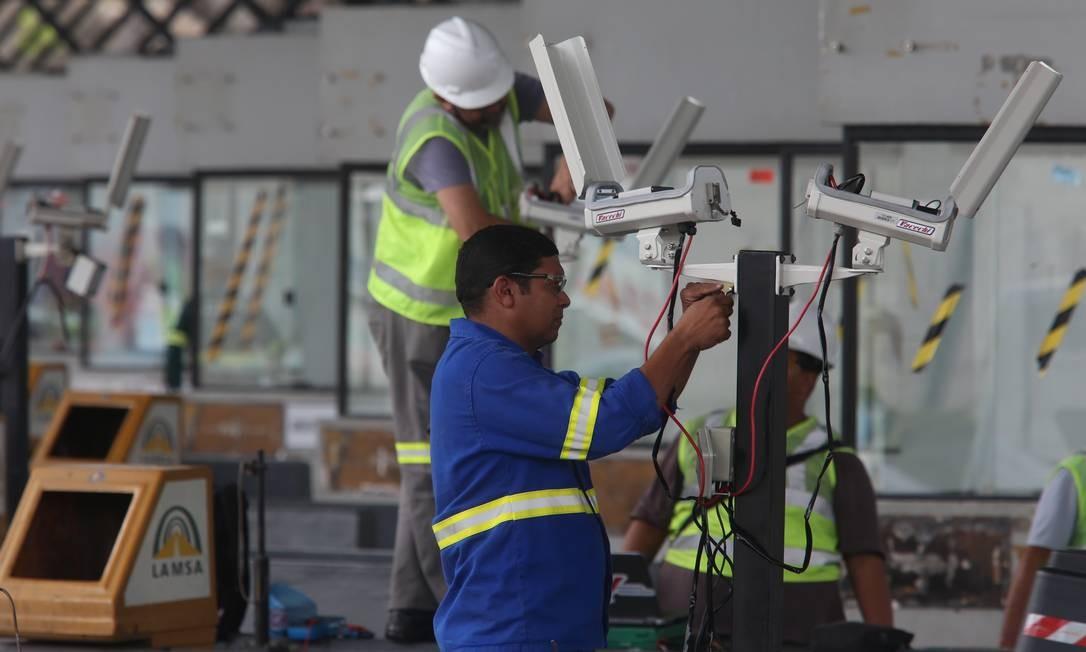 Funcionários da Lamsa começaram, na terça-feira (29) a reinstalação dos dispositivos para que a cobrança fosse restabelecida Foto: Fabiano Rocha / Agência O Globo