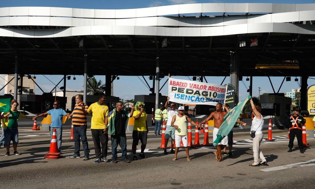 No sábado (2), a praça do pedágio foi palco de manifestação contra o pedágio Foto: Brenno Carvalho / Agência O Globo