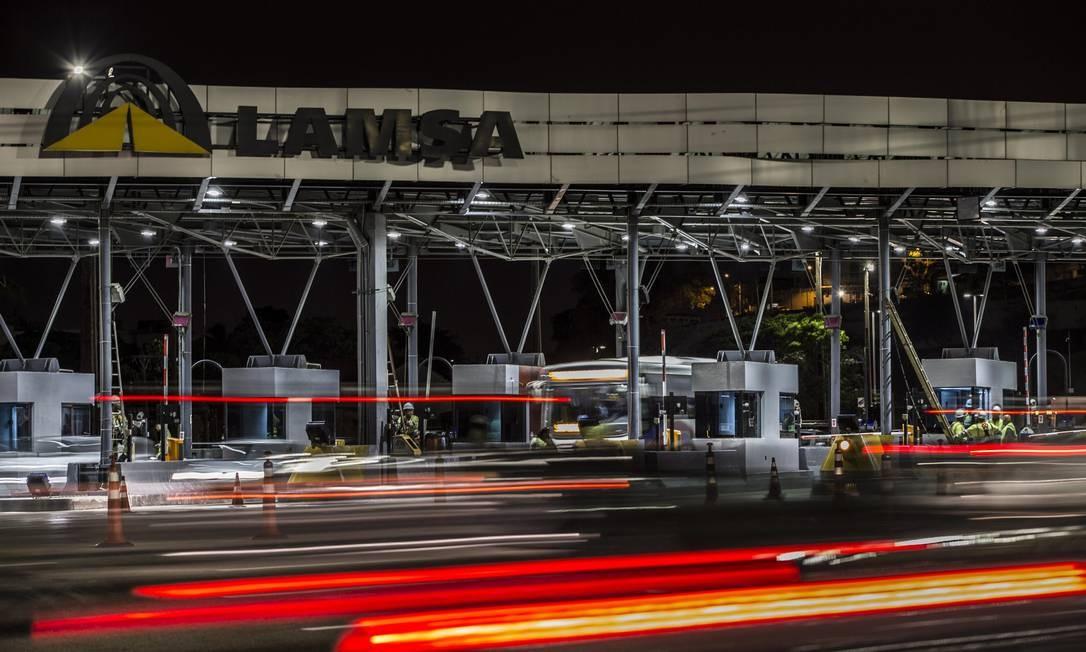 Concessionária finaizou reparos na praça do pedágio na noite de quinta-feira (31) Foto: Guito Moreto / Agência O Globo