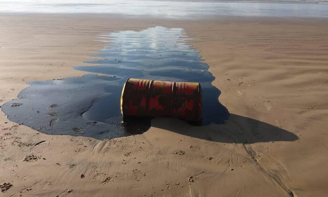 Dois barris de óleo foram encontrados na costa sergipana, em Barra dos Coqueiros e em Aracaju; análise do material mostrou que o produto que eles carregavam era Foto: Agência O Globo