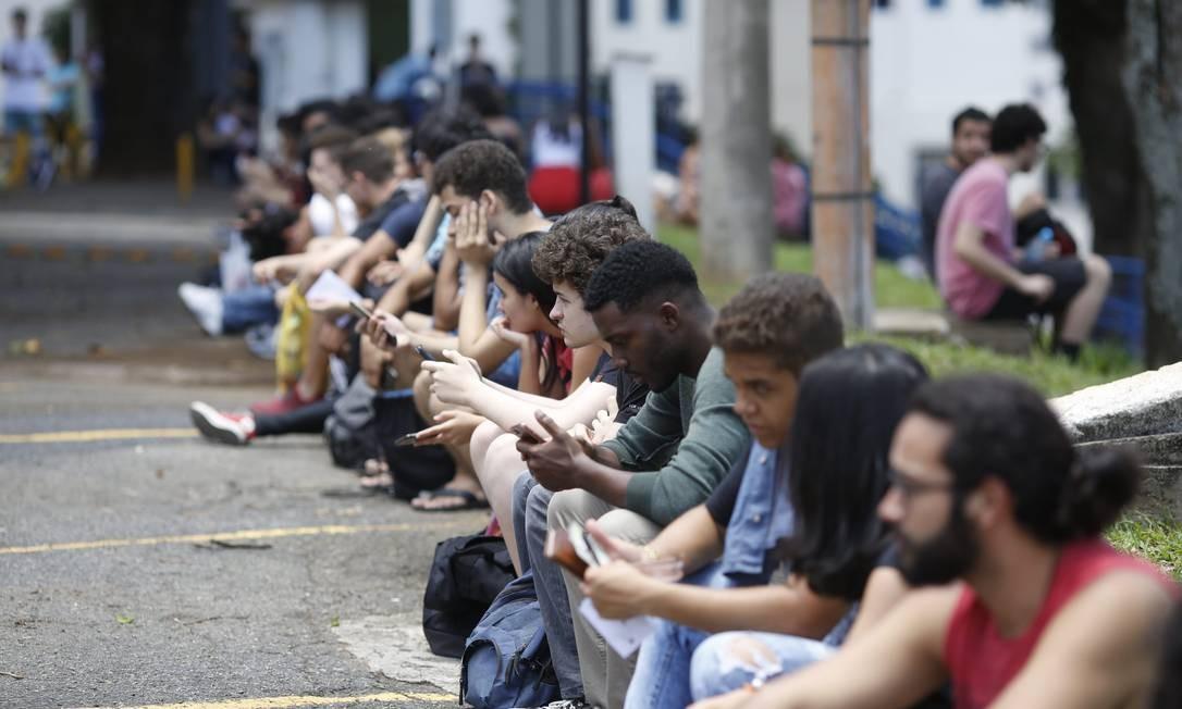 Candidatos esperam na PUC Minas pela prova do Enem, em Belo Horizonte Foto: O Tempo / Cristiane Mattos / O Tempo