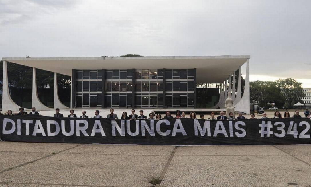 Caetano, Duvivier e outros 15 artistas protestaram após audiência no STF Foto: Divulgação