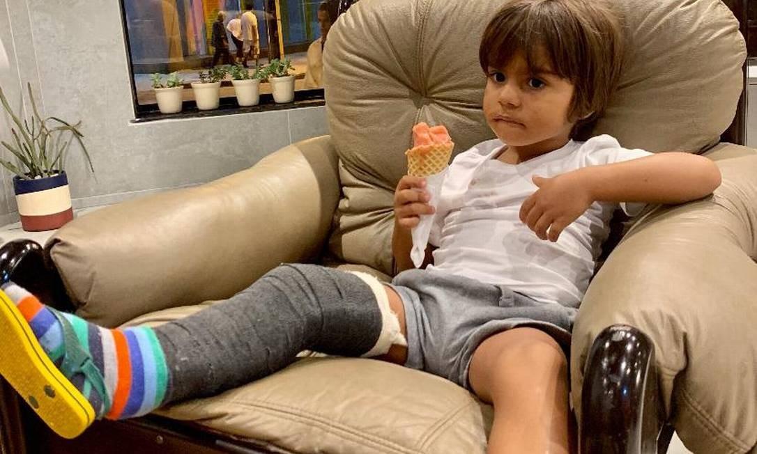 Caetano, de 3 anos, fraturou a tíbia brincando num pula-pula Foto: Álbum de família/ Dani Rodrigues