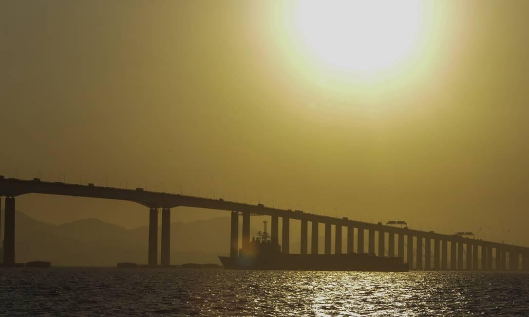 O Bahia passa sob a ponte Rio-Niterói, seguindo em direção ao Nordeste Brasileiro Foto: Marcos Ramos / Agência O Globo