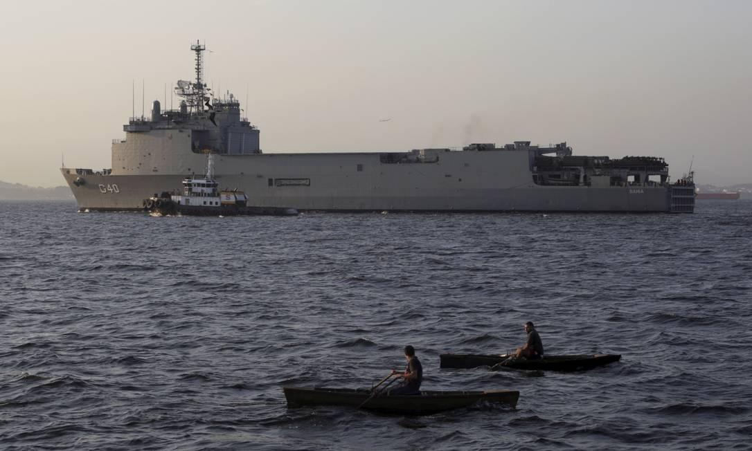 O navio Bahia segue em direção ao Nordeste brasileiro ajudar no combate ao derramamento de óleo. Além das embarcações, seis helicópteros, que estão na base de São Pedro da Aldeia, no interior do estado do Rio, também serão deslocados Foto: Marcos Ramos / Agência O Globo