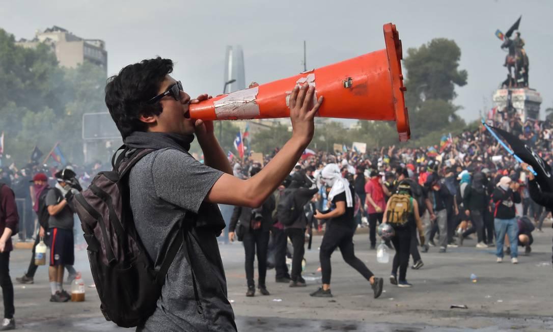 Chileno participa de manifestação em Santiago, na terceira semana de protestos Foto: MARTIN BERNETTI / AFP