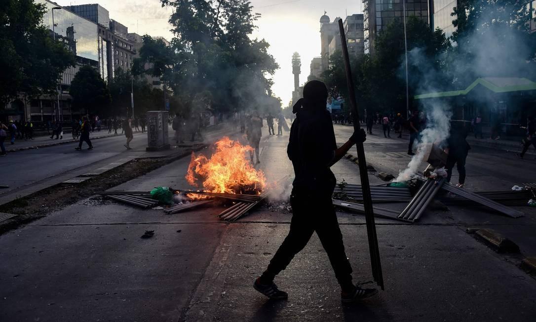 Manifestantes protestam contra as políticas econômicas do governo. Protestos tiveram início no Chile em 18 de outubro passado, com protestos contra o aumento de passagens de transporte e outras medidas de austeridade Foto: MARTIN BERNETTI / AFP