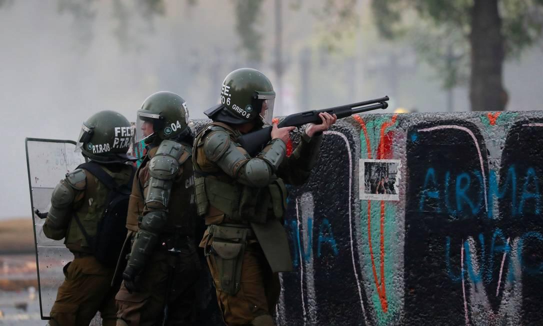 Policiais enfrentam manifestantes nas ruas de Santiago Foto: HENRY ROMERO / REUTERS