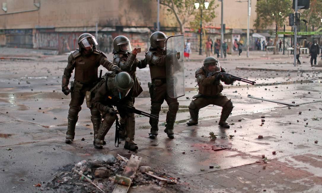 Policiais de choque reagem contra ataque de manifestantes durante protesto contra o governo do Chile, em Santiago Foto: JORGE SILVA / REUTERS