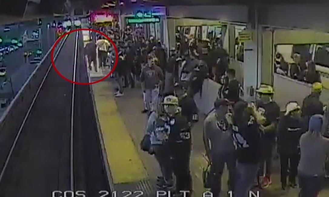 Homem anda por faixa amarela e na sequência cai na linha do metrô Foto: Reprodução