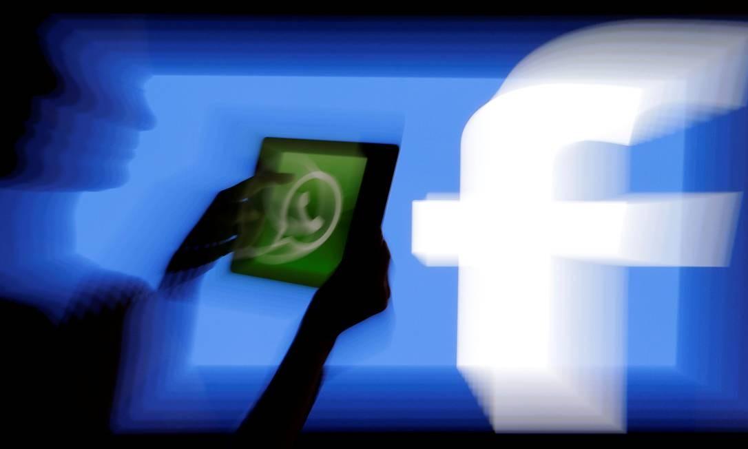 Logo do WhatsApp em frente tela com logo do Facebook Foto: David W Cerny / REUTERS