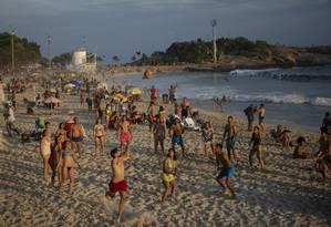 No dia mais quente do ano, turistas brincam de jogar vôlei na Praia do Arpoador Foto: Alexandre Cassiano / Agência O Globo