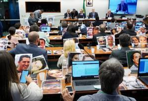 Parentes de vítimas colocaram, nas mesas dos parlamentares, fotos dos mortos durante votação do relatório da CPI de Brumadinho Foto: Agência O GLOBO