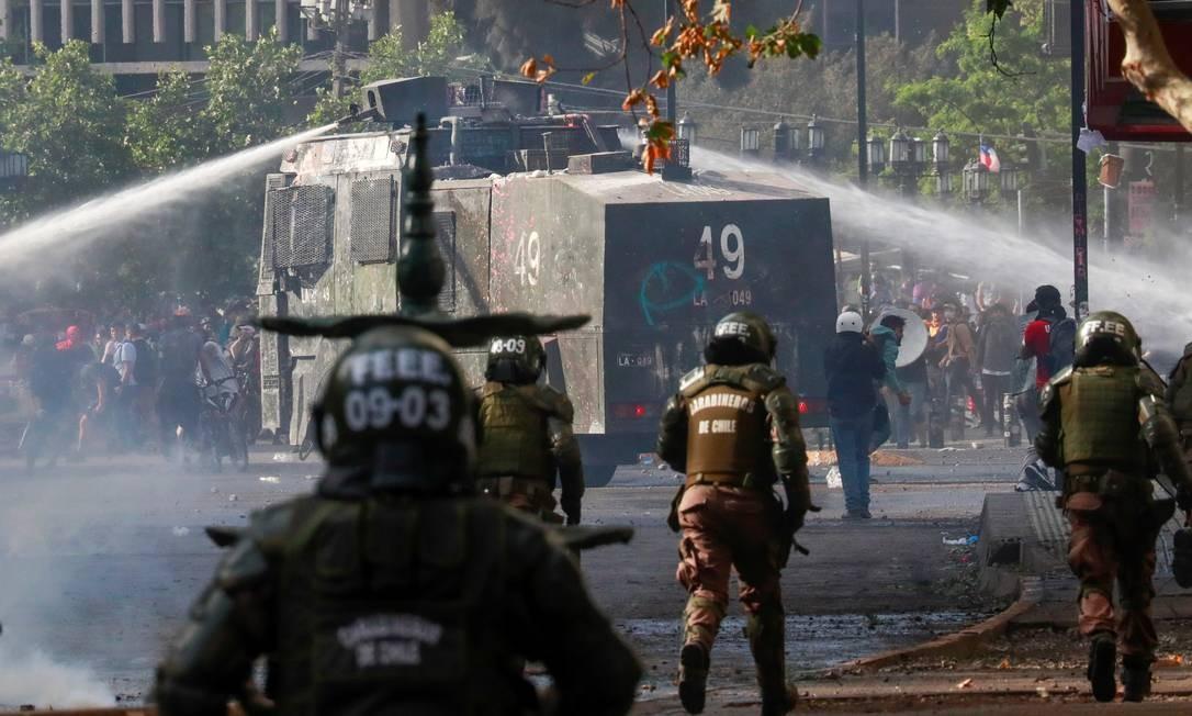 Polícia dispara canhão de água contra manifestantes. Protestos no Chile já duram 20 dias Foto: HENRY ROMERO / REUTERS