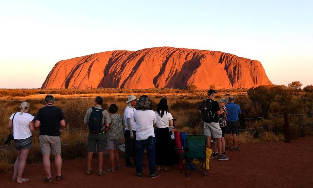Turistas observam Uluru Foto: SAEED KHAN / AFP