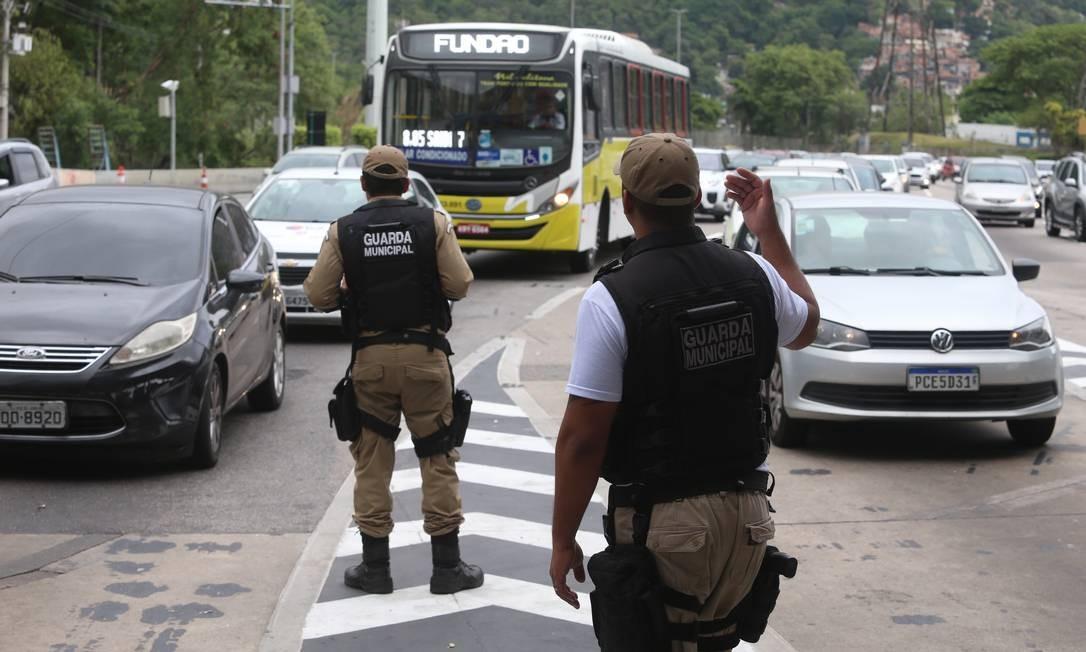 Guardas municipais assumem o controle e orientam trânsito na praça do pedágio da Linha Amarela na manhã desta quarta-feira (6) Foto: Fabiano Rocha / Fabiano Rocha