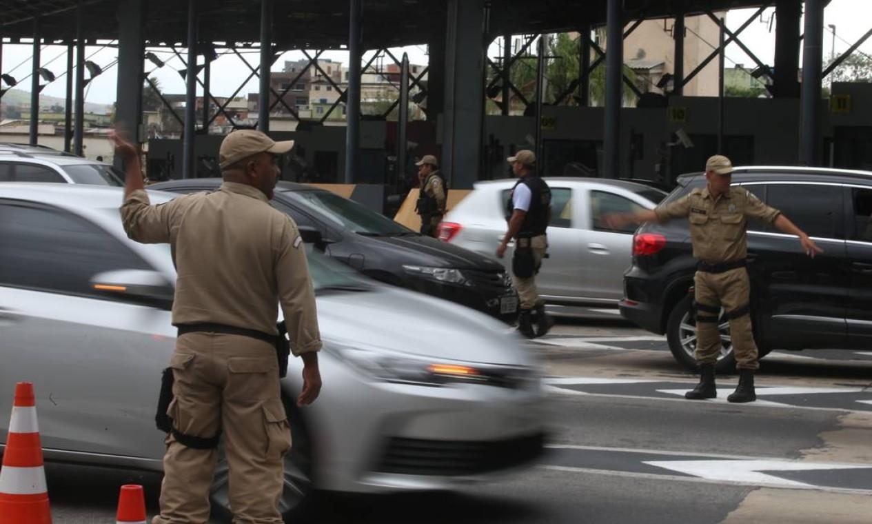 Motoristas que passavam pela via expressa buzinava em sinal de apoio à suspensão da cobrança Foto: Fabiano Rocha / Fabiano Rocha