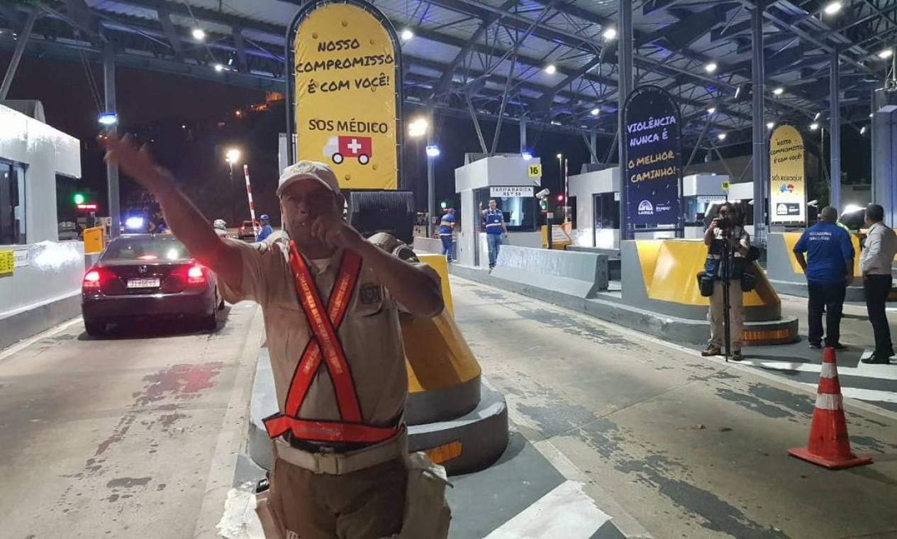 Funcionários da prefeitura mandaram abrir a cancela do pedágio da Linha Amarela na às 23h de terça-feira (5) Foto: Felipe Grinberg / Agência O Globo