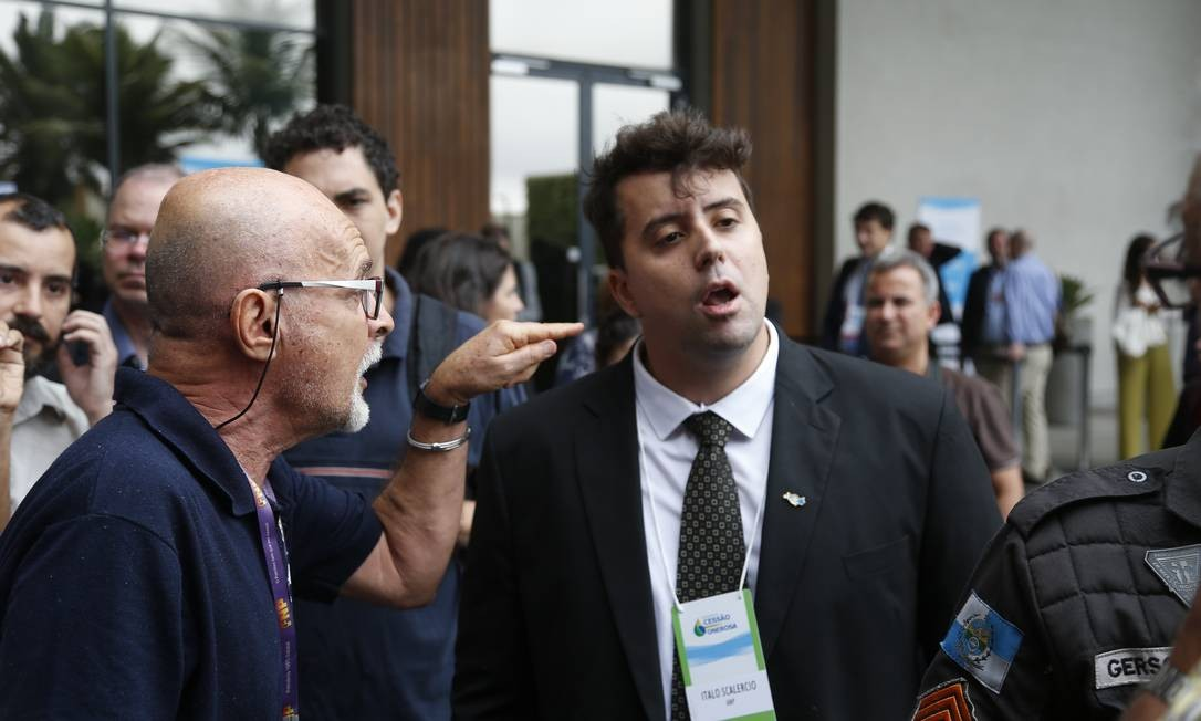 Sindicatlista da Federação Nacional dos Petroleiros (FNP) bate boca com servidor da Agência Nacional do Petróleo (ANP) antes do leilão Foto: Gabriel de Paiva / Agência O Globo