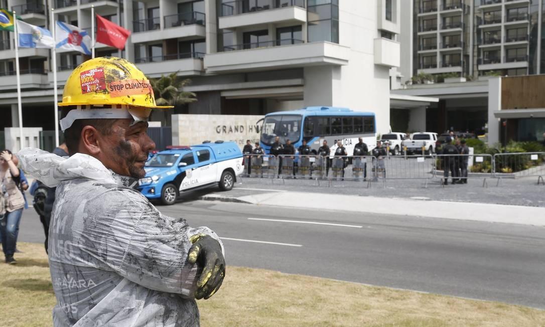 O policiamento foi reforçado em torno do Hotel Grand Hyatt, na Barra da Tijuca, local do megaleilão do pré-sal Foto: Gabriel de Paiva / Agência O Globo