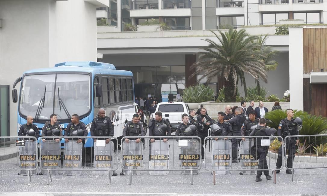 Tropa de Rondas Especiais e Controle de Multidões (Recom) da PM foram deslocadas para o local do leilão Foto: Gabriel de Paiva / Agência O Globo