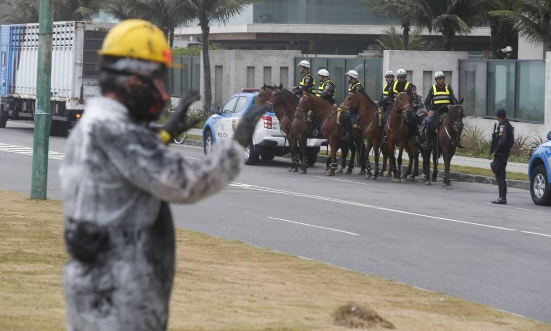 Cavalaria da polícia reforça a segurança na Avenida Lucio Costa, na praia da Barra da Tijuca, Zona Oeste do Rio, onde acontece o leilão Foto: Gabriel de Paiva / Agência O Globo