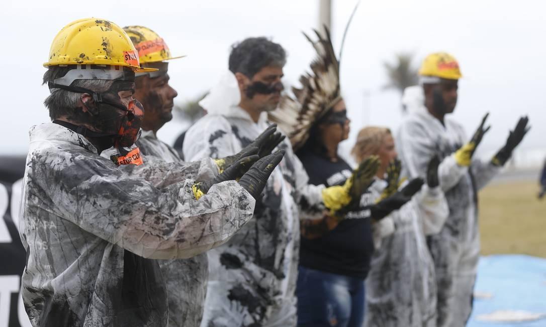 Ativistas ambientais da ONG 350 protestam contra utilização de combustíveis fósseis em frente ao hotel Foto: Gabriel de Paiva / Agência O Globo