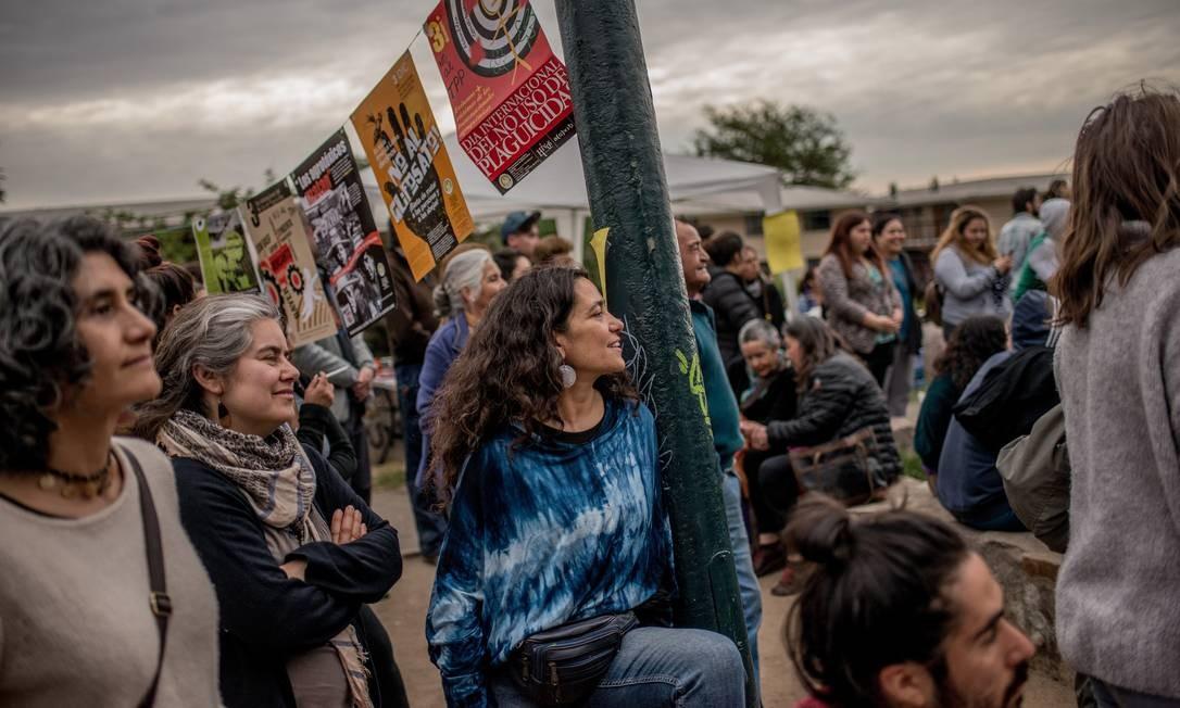 Participantes de assembleia popular nos arredores de Santiago, Chile, discutem educação, economia e a Constituição Foto: TOMAS MUNITA / NYT/27-10-2019