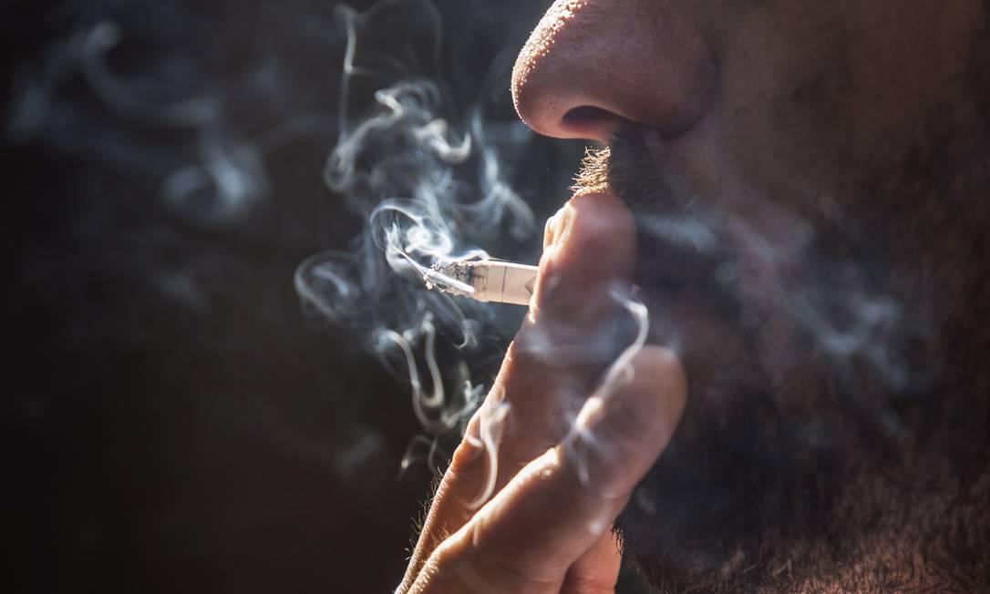Hábito de fumar pode levar ao desenvolvimento de depressão e esquizofrenia, segundos cientistas britânicos Foto: Ana Branco / Agência O Globo