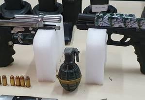 """A arma com o adesivo do """"Coringa"""" Foto: Polícia Civil / Divulgação"""