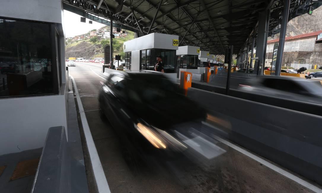 Motoristas passaram livremente pela pelo pedágio da Linha Amarela. Prefeitura retirou todas as cancelas na noite de terça (5) Foto: Fabiano Rocha / Agência O Globo