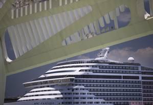 Detalhe da cobertura do Museu do Amanhã e parte do navio MSC Fantasia, ancorado no Píer Mauá Foto: Márcia Foletto / Agência O Globo