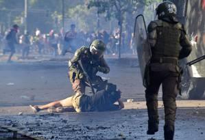 Um manifestante é detido pela polícia de choque durante confrontos em Santiago Foto: MARTIN BERNETTI / AFP