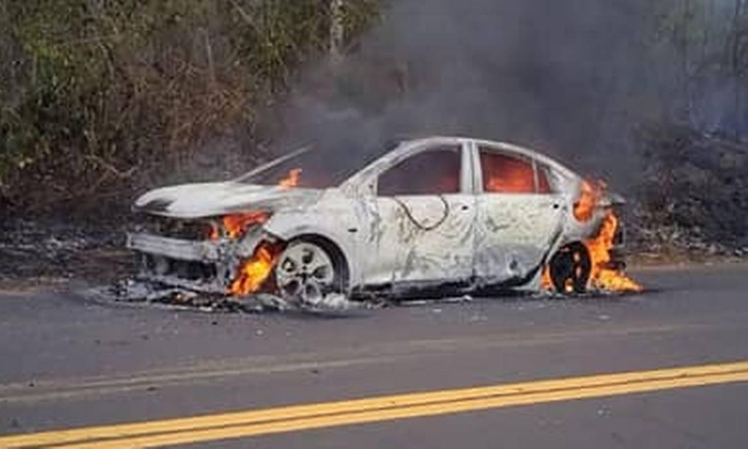 O Onix Plus de Kleiton James ainda em chamas na rodovia Foto: Reprodução / NOTÍCIAS COM MARITONIO DANTAS