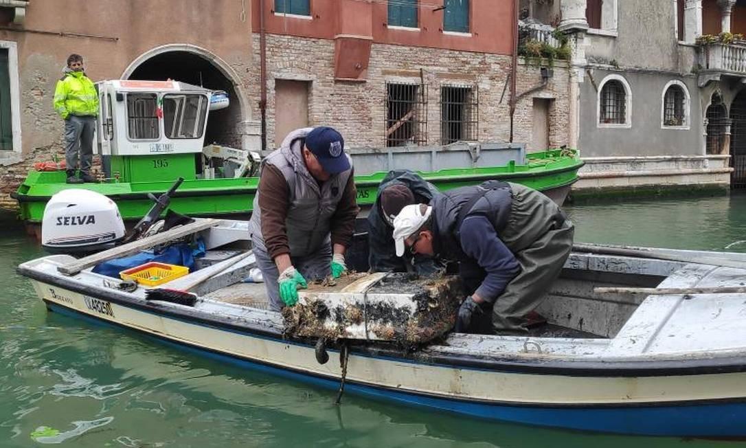 Voluntários retiram mais de 3 toneladas de lixo dos canais de Veneza Foto: Prefeitura de Veneza