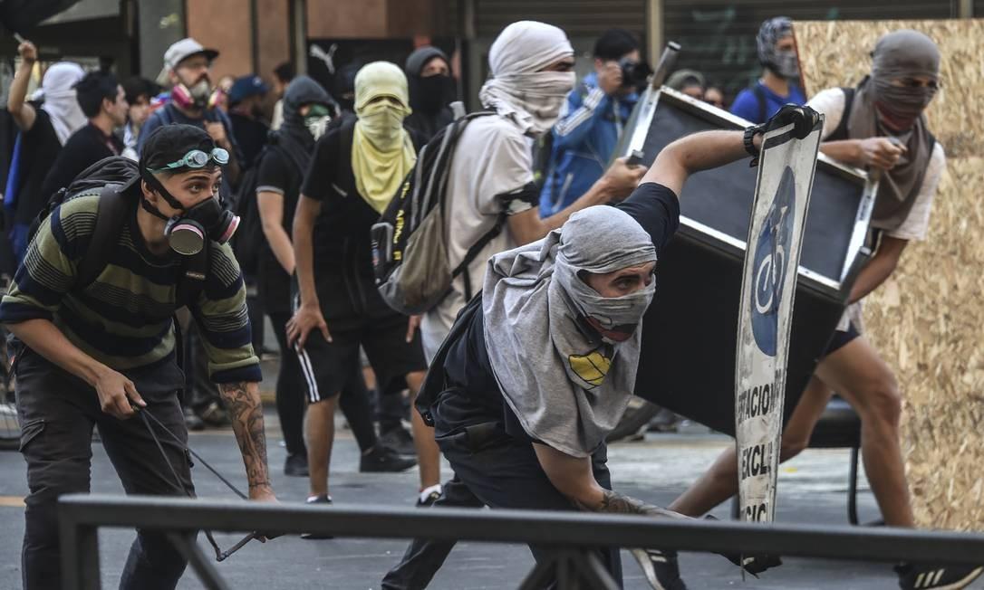 Manifestantes entram em conflito com a polícia em Santiago Foto: RODRIGO ARANGUA / AFP